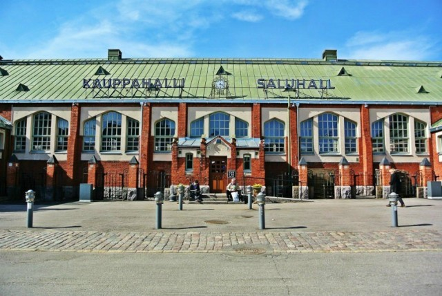 Hietalahden Kauppahallin edustalla on kesäisin suosittu kirpputori.