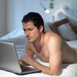 Mies ei saa tarpeekseen nettitytöistä