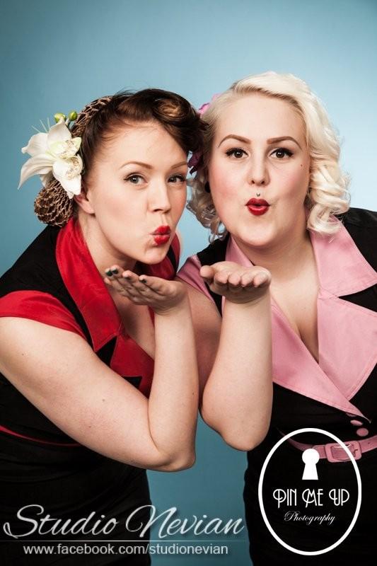 Anne ja Jonna, ihanat tikibaarimme tarjoilijattaret!