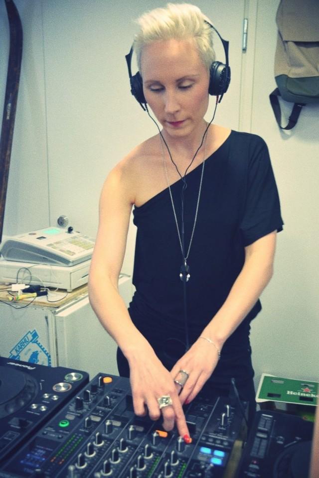 """Illan soittolistasta vastasi DJ Miia Magia, joka aloitti samalla Palonin uusimpana suunnittelijana. """"Kuuluu tosi hyvää! Ihanaa kun on kesä, ja kun riittää töitä sekä DJ:nä, meikkitaiteilijana että korusuunnittelijana."""""""