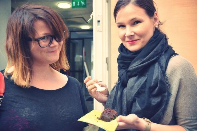Muotibloggaajat Mira Tenhunen (vas.) ja Nina Varis tulivat juhliin tsekkaamaan Kesäkaupan tarjonnan, onnittelemaan Palonia ja tapaamaan tuttuja.