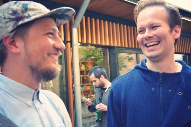 Järjestäjillä on hymy herkässä. Yksi Plækän perustajista Tommi Kuokkanen (vas.) naurattaa UpLoud Audio -startupin toista luotsaajaa Lassi Laitista.