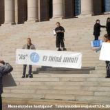 Tasan viisi (5) vuotta sitten. Menneisyyden hautajaiset - Tulevaisuuden avajaiset 13.6.2001 > mielenosoitus, josta media vakaasti vaikeni. Kts. www.oikeusturva.info > tiedotteet (stm)