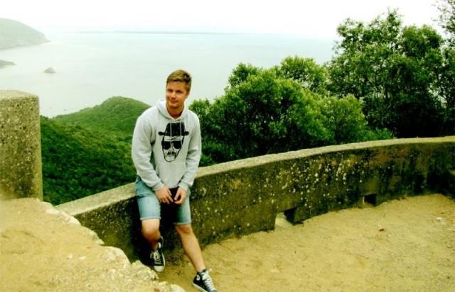 Turisti kylmässä ja sateisessa Portugalissa.