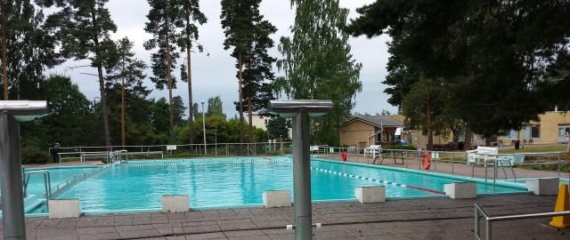 Uinti on hyvä liikuntamuoto. Kesällä on upeaa uida vaikkapa luonnon järvissä tai maauimalassa. Kuva Keravan maauimalasta.