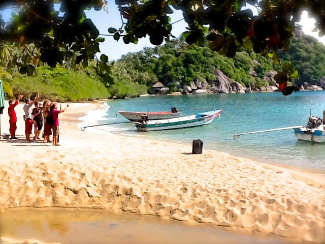 Sanctuary, Thaimaa ja ystävät rannalla.