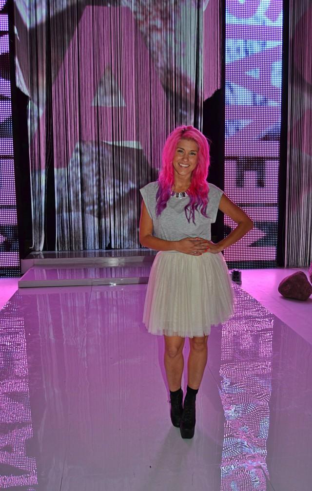 Jannika pääsi itsekin keikan jälkeen seuraamaan muotinäytöstä. Säteilevän hymynsä ja pinkin hiuspehkonsa kera, nainen olisi itsekin malliainesta.