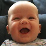 Hymy. Nauru. Ilo. Luonnollinen ilo. Älä kadota naurua. Muista miten lapsena nauroit vatsa kipeänä. Hymyile, se ei maksa mitään.