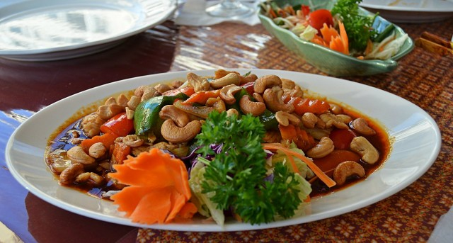 Täys kymppi, Wokattua broileria, sipulia, paprikaa, vihanneksia ja cashew-pähkinöitä. ,