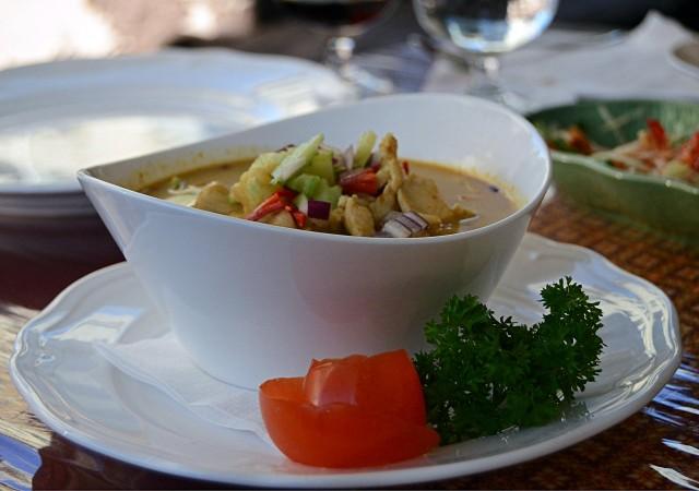 Broileria keltaisessa curryssä, perunoita, sipulia ja kookosmaitoa. Suosittelen.