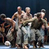 Balettitanssija Teemu Tainio nauttii, kun Toukolan pojat hakkaavat hänet maan rakoon