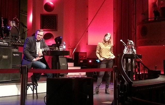 Li Andersson ja Susanna Koski ottivat matsia Apollo Live Clubin lavalla. Väittelyn kommentaattorina toimi Helsingin Sanomien entinen vastaava päätoimittaja Mikael Pentikäinen.