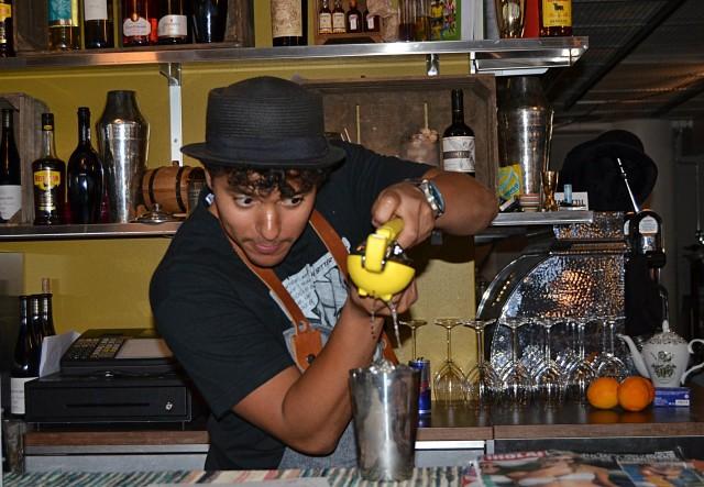 Son of a Punchit valmistivat sangriaa ja drinkkejä hiki hatussa.