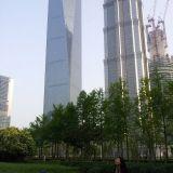 Think big. Kuva Shangaista. Iso rakennustyömaa. Isompi kuin Suomessa on ikinä nähty. Silti ihana puisto maailman korkeimpien rakennusten vierellä.