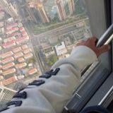 Menestyjä osaa vaihtaa perspektiiviä. Kymmenkerroksinen talo näyttää pieneltä satakerroksisen talon ylimmästä kerroksesta. Shanghai World Financial Center