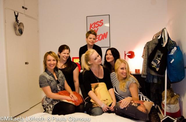 Ja illan must ryhmäkuva. Laura,Paula, Mikaela, Ulla, Veera ja Juulia hymy herkässä.
