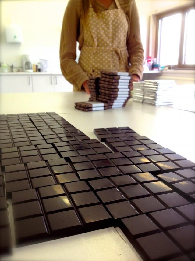 Goodio on monen käsityövaiheen tuote. Tässä pannaan Goodiota pakettiin. Respect porukalle aikamoisesta näpertämisen määrästä.