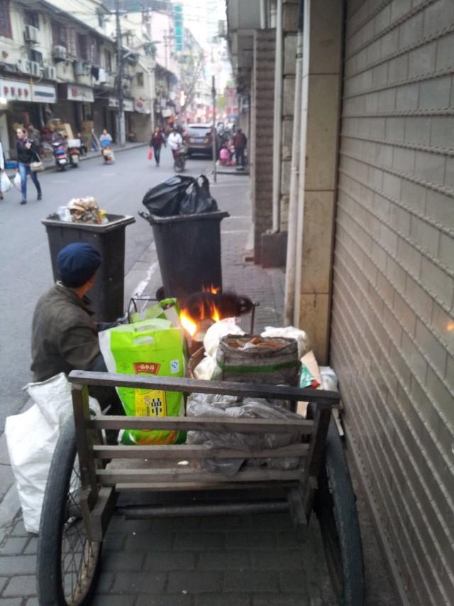 Mikä saa meidät liikkeelle? Joskus on pakko, mutta joskus voimme motivoida itsemme jollain muullakin keinolla. Kuva Shanghaista Kiinasta.