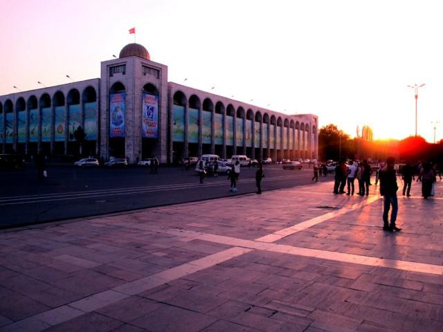 Ala-Too-aukio Bishkekin sydämessä. Etualalla oleva katu on ns. pääkatu, mutta autoja ei silti kauheasti näy.