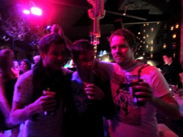Mikael, allekirjoittanut ja Brädi Bar 12:ssa petolliset Long Islandit kädessä.