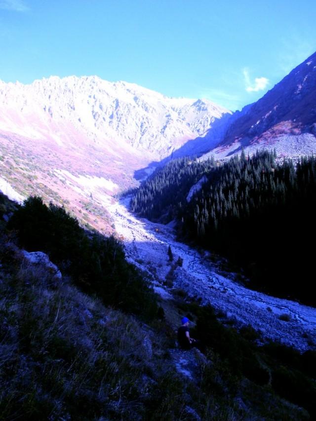Alla raikasta vuoristovettä tarjoileva joki.