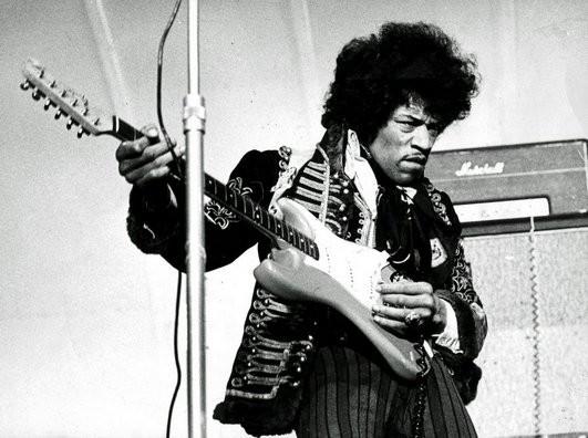 Julkisuus lisää riskiä joutua klubi kaksseiskaan. Kuvassa Jimi Hendrix joka kuoli 27 vuotiaana.