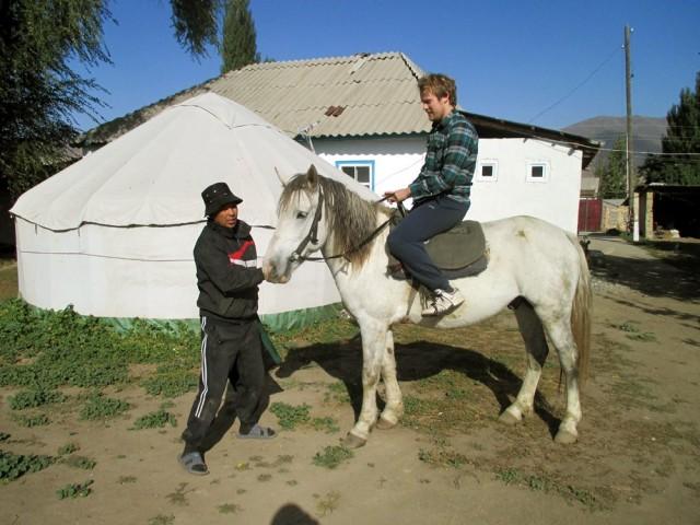 Brädin ensihetket ratsailla. Herra Lira avustaa, taustalla perinteinen kirgiisijurtta.