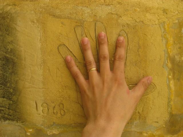 Maailma muuttuu. Kuva Maltalta vankilasta. Taustalla vuonna 1868 seinään raaputettu vangin käsi. Vankilassa on paljon mielisairaita, jotka eivät kuulu vankilaan vaan hoitokotiin. Toisissa ihmisissä voimme muuttaa vain suhtautumisemme heihin.