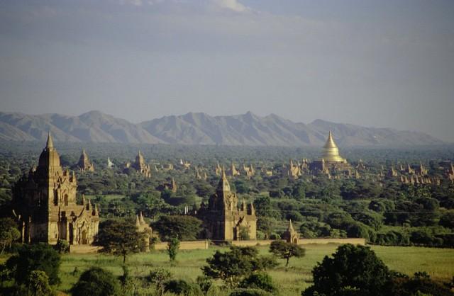 Bagan, Burma. Aikanaan miljoonakaupunki ja pääkaupunki. Nykyään 10.000:sta rakennuksesta on vain kivestä rakennetut 2200 temppeliä pystyssä. 1000 vuotta muuttaa maailmaa aika paljon.