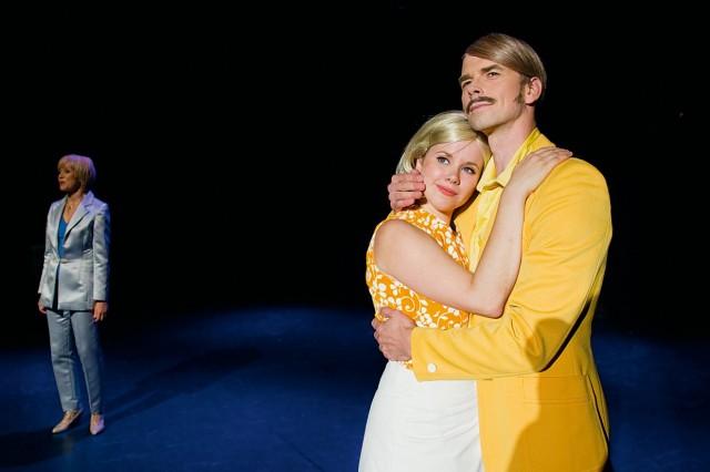 Satu Taalikainen (Katri Helena), Heljä Heikkinen (Katri Helena nuorena) ja Sami Kosola (Timo Kalaoja)