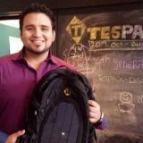 Yrittäjä esittelee TesPack -innovaatiota, jolla voi ladata kännykän tai läppärin vaikka viidakon keskellä.