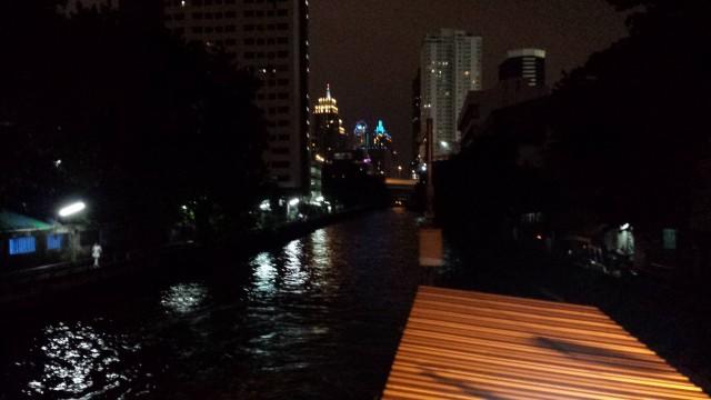 Bangkokin valot. Pimeä tulee niin aikaisin että valaistukseen pitää kiinnittää huomiota.