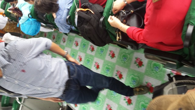 Lentokentällä meidät ottaa vastaan 70-luku henkimen dieseliltä tuoksuva bussi