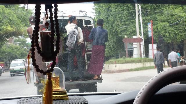 Autot Myanmarissa ovat oikeakätisiä vaikka ajellaan oikealla puolella. Erikoista.