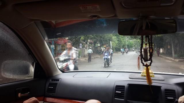 Mopoja ja skoottereita Myanmarissa on paljon. Niiden maahantuonti on hyvä bisnes. Moni hakee skoottereita 2 yhden päällä ajaen esim Kiinasta.