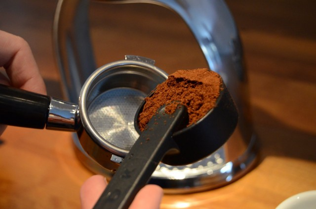 Portafiltterin sisälaidassa näkyvään viivaan asti kahvia ja ROKiksi!