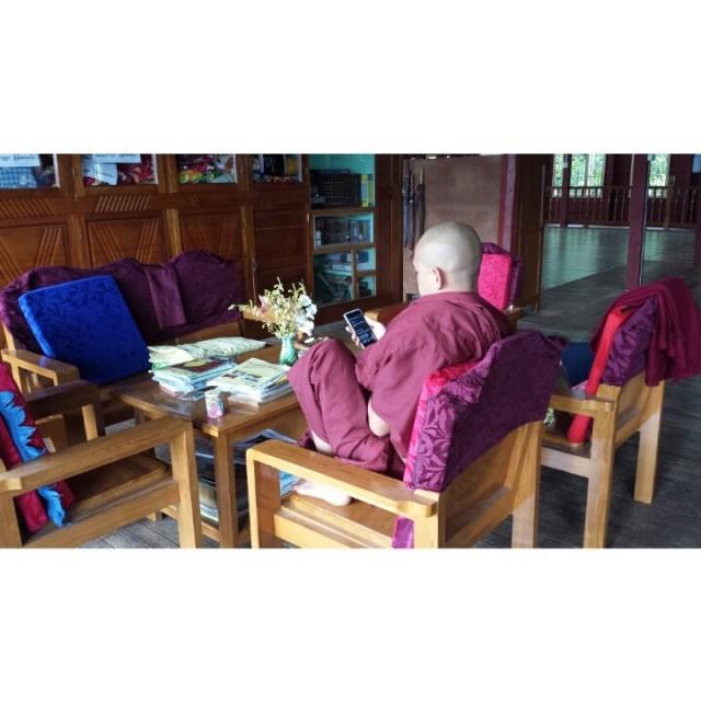 Teknomunkki surffaa netissä. Oikeat kunnon munkit ei sais kuunnella musaa mutta moni ottaa disipliinit rennommin.