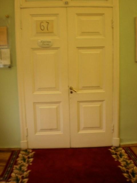 Tässäpä ovet vaatimattomaan pyhimpään, minne pian astumme.