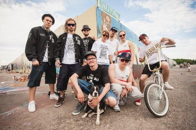 Flow Mo Crew kymmenvuotisjuhlatunnelmissa kesällä 2012.