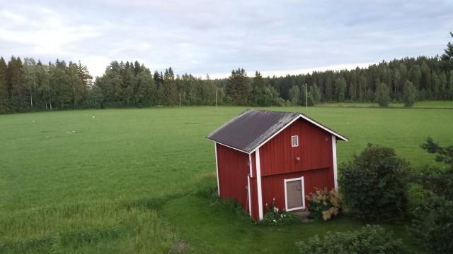 Moni maaseudun yrittäjä on kunnostanut kodistaan majatalon ja asuu ja yrittää samassa rakennuksessa. Aika rauhalliset majoitukset. Ähtäristä Bed and Breakfast. Yrittäjänä voi valita missä tekee työnsä.
