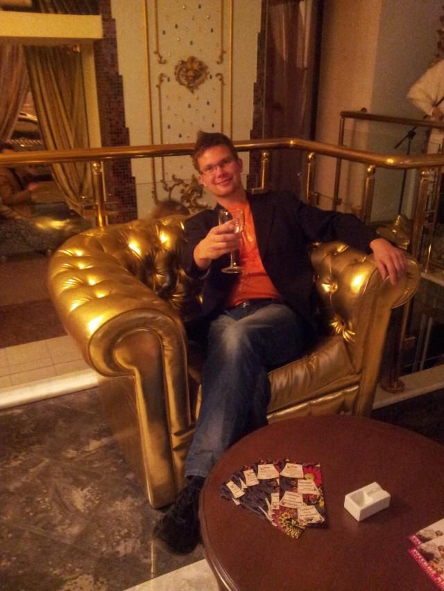 Ihan tavallinen ihminen tavallisessa ravintolassa. St. Petersburg. Yrittäjäreissulta.