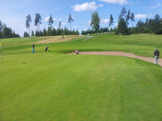 Yrittäjienkin pitää joskus rentoutua. Ihan tavallinen yrittäjätilaisuus Sipoon Talman Golf -kentällä. Tavallisia ihmisiä.