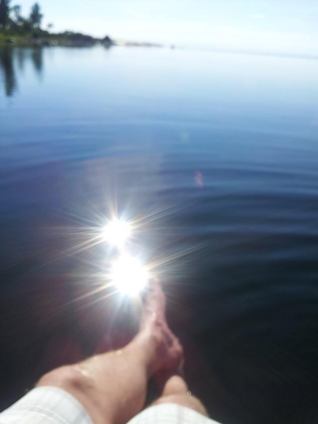 Yrittäjyyden palkintoja: Ihan tavallisen ihmisen ostaman veneen takakannella on hauska hengailla auringon lämmittäessä.