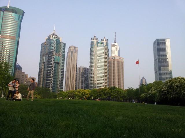 Joskus ihan tavallinen miljonääri kaipaa vaan luonnon rauhaa ja puhdasta ilmaa. Shanghaissa viiden tähden hotelliakin parempi hetki voi olla hetki puistossa nurmikolla. Kuva yrittäjäreissulta.