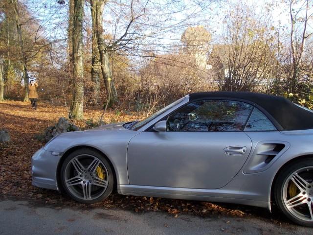 Toiset tavalliset ihmiset tykkää nopeista autoista. Frendin auto. Aloitti nollasta. Nyt miljonääri. Kuva Sveitsistä.