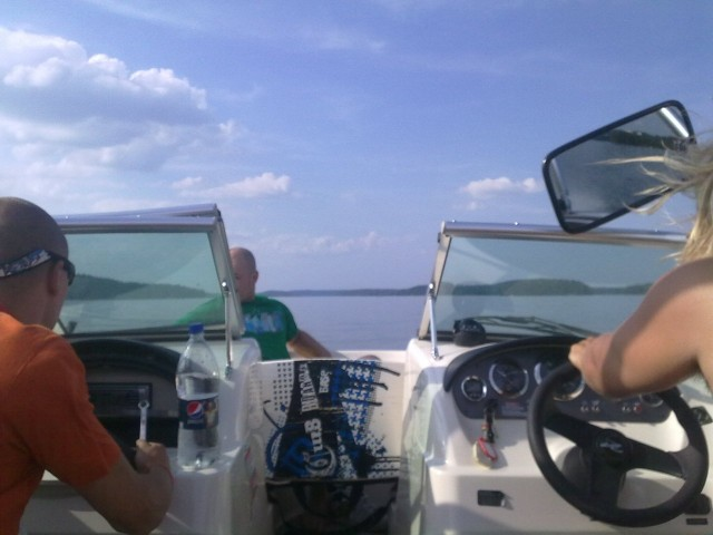 Toiset tavalliset ihmiset ja yrittäjät pitävät nopeista veneistä. Kuva vesijärveltä.