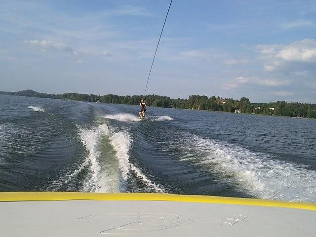 Nopean veneen perässä voi vetää Wakeboardia. Tavallisten ihmisten kesähubaa.