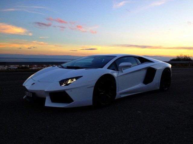 Frendin face-seinältä: People who pretend to be something drive Ferrari. People who are something drive Lamborghini. -Frank Sinatra