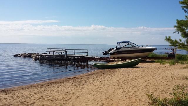 Jos on oma hiekkaranta, niin miksei hommais sit isompaa venettäkin jotta pääsee kalastelemaan. Oulujärveltä.