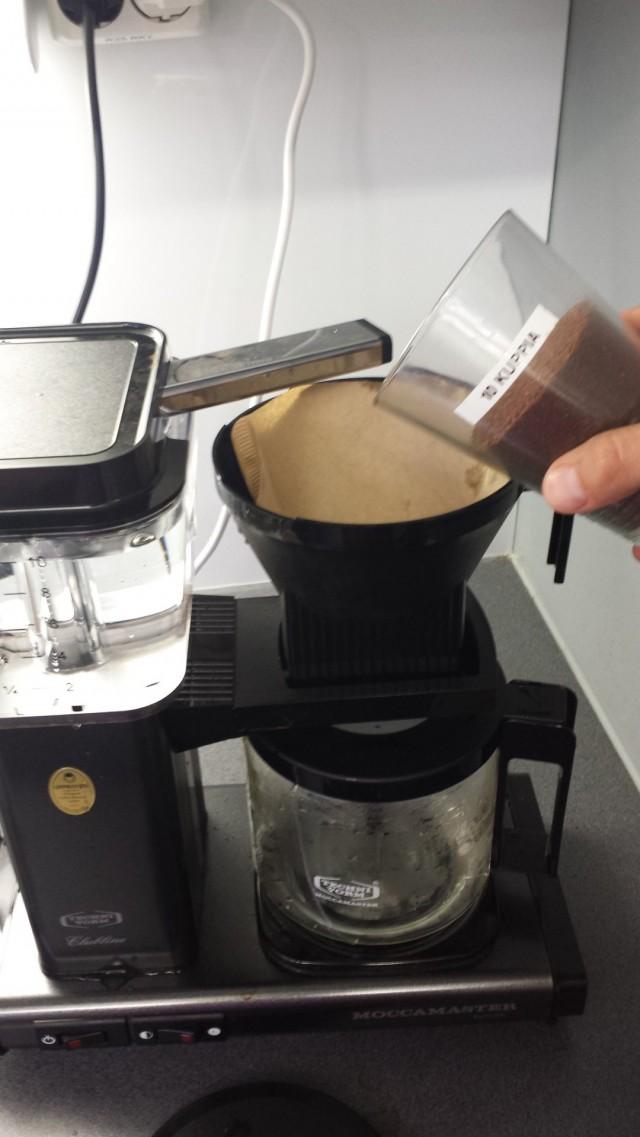 Kahvin mittaaminen käy sekunneissa eikä puruja ole ympäriinsä. Ihana innovaatio josta nautin päivittäin.